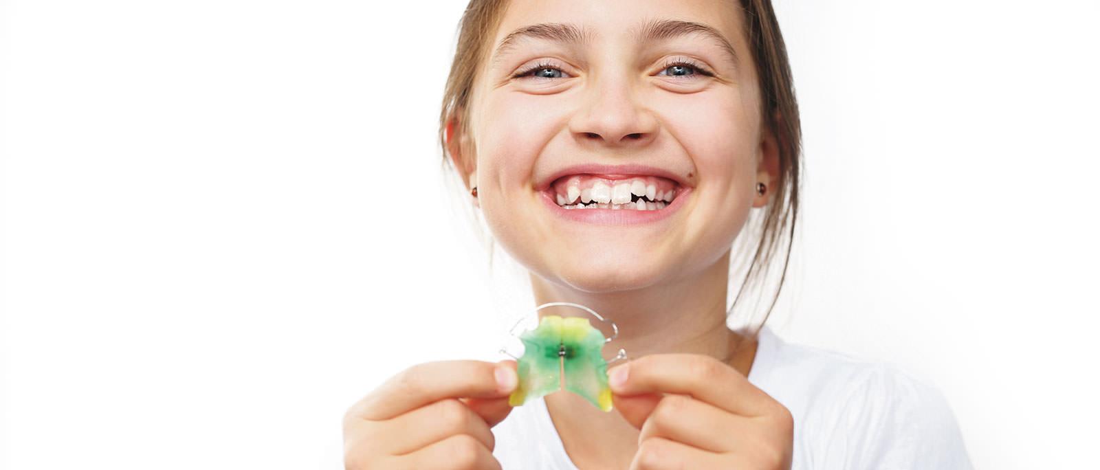Bunte Zahnspangen in in unserer Facharztpraxis für Kieferorthopädie in Düsseldorf, Meerbusch und Mönchengladbach.