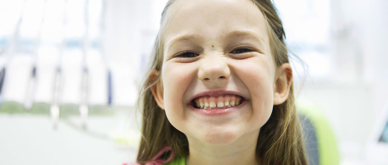 Lose Zahnspangen für Kinder. Wir behandeln Jugendliche und Kinder in unserer Praxis.